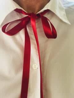 Bluse mit roter Schleife