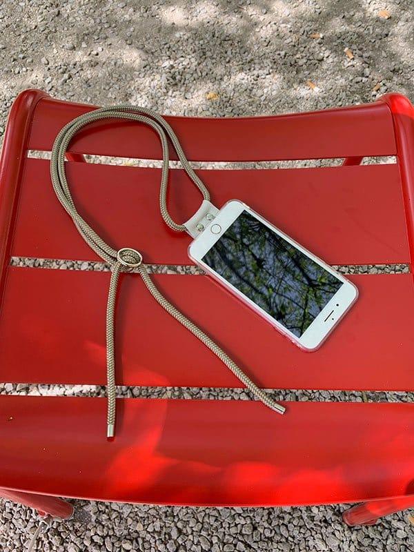 Smartphone auf Tisch