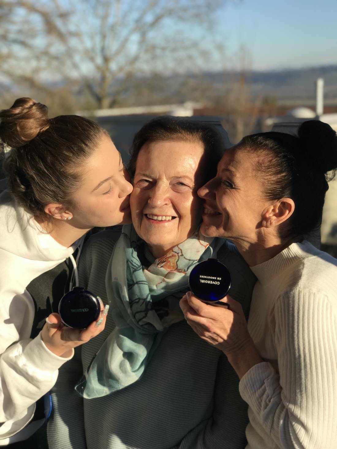 von link nach rechts Enkelin, Grossmutter und Mutter