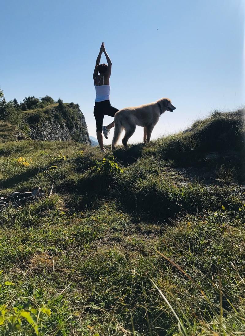 In den Bergen mit Hund beim Yoga