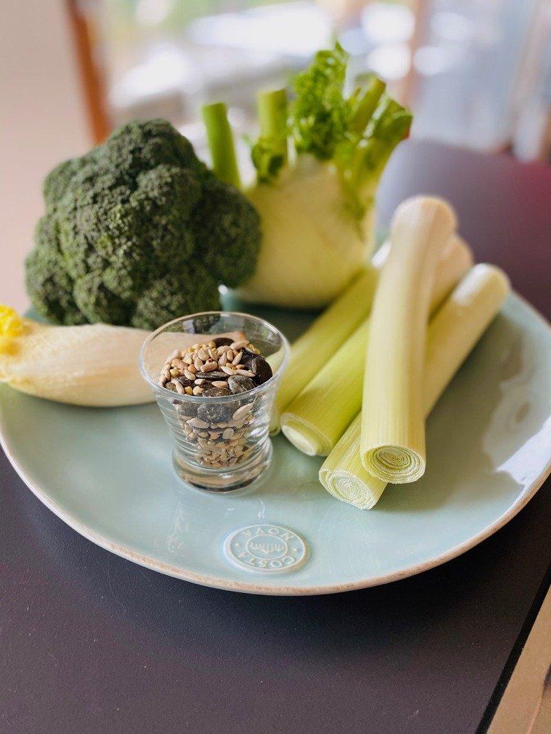 Frisches Gemüse und Hülsenfrüchte auf einem Teller