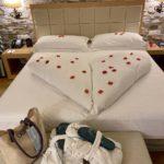 liebevoll dekoriertes Bett zum Valentinstag