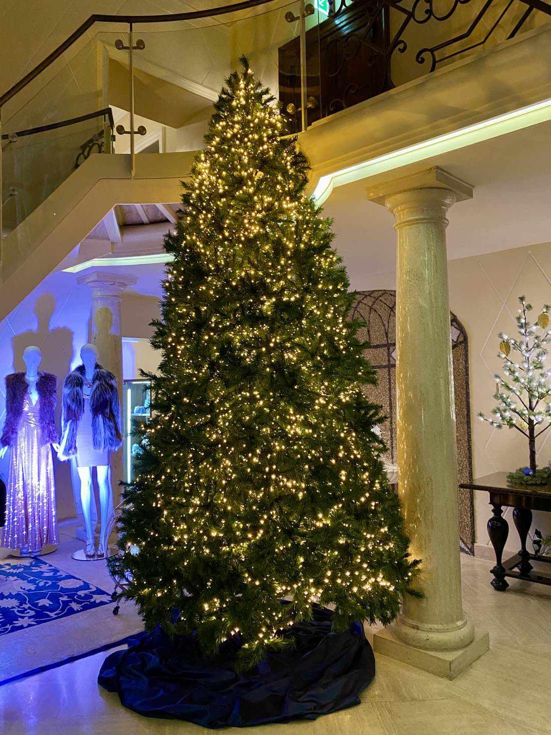 Weihnachtsbaum im Eingang